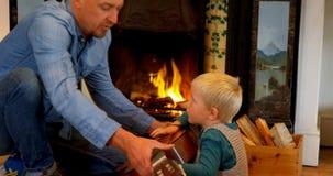 Ojcuje uczyć jego syna bawić się gitarę w żywym pokoju 4k w domu zdjęcie wideo