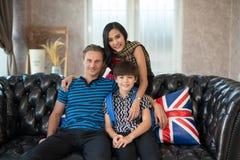 Ojcuje wpólnie, matka i syn na kanapie Życia rodzinnego pojęcie obrazy royalty free