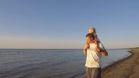 Ojcuje z córką chodzi na plaży na ramionach zbiory wideo