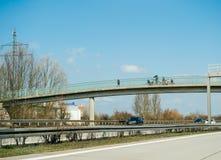 Ojcuje z dzieciakami podziwia samochody na Niemieckim autobahn na moście zdjęcia royalty free