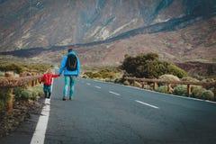 Ojcuje z małym córki odprowadzeniem na drodze w górach fotografia stock