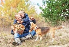 Ojcuje z synem bawić się z psem na jesień lasu haliźnie zdjęcia royalty free