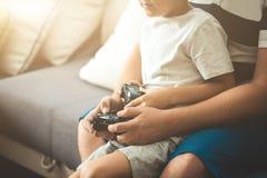 Ojcuje z synem z joysticków kontrolerami w rękach Zdjęcie Stock