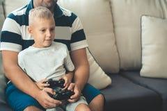 Ojcuje z synem z joysticków kontrolerami w rękach Fotografia Royalty Free