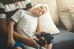 Ojcuje z synem z joysticków kontrolerami w rękach Zdjęcie Royalty Free