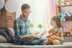 Ojczulek czyta książkę obraz royalty free