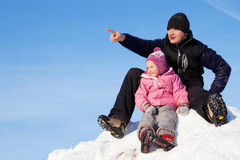Ojczulek pokazuje jego córki na boku Fotografia Royalty Free