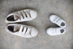 Ojczulka ` s sneakers i babys sneakers Zdjęcie Stock