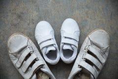 Ojczulka ` s sneakers i dziecka ` s sneakers Zdjęcia Royalty Free
