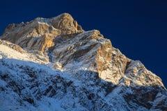 Ojeada de la montaña en Nepal imagenes de archivo