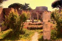 Ojeada de la puesta del sol de las ruinas del della Fortuna Annonaria de Domus Foto de archivo