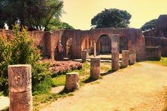 Ojeada de la puesta del sol de las ruinas del patio del della Fortuna Annonaria de Domus imagen de archivo