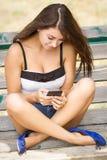 Ojeada de su teléfono móvil de la pantalla táctil grande Foto de archivo