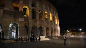 Ojeada del Colosseum en la noche, en Roma metrajes
