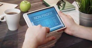 Ojeada no de la página de Internet del beneficio usando la tableta digital en el escritorio almacen de video