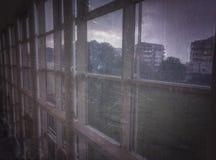 Ojeada urbana de una ventana foto de archivo