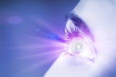 Ojo azul con efecto del resplandor Imagen de archivo libre de regalías