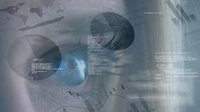 ojo azul del guiño caucásico rubio de la mujer con los gráficos y las curvas en primero plano almacen de video