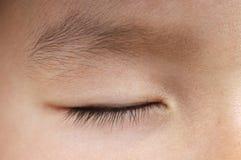 Ojo cercano del muchacho durmiente fotografía de archivo