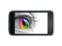 Ojo colorido en una pantalla del smartphone Imágenes de archivo libres de regalías