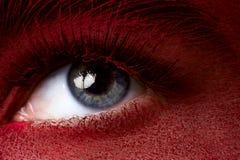 Ojo de la belleza con maquillaje rojo oscuro de la piel Imagen de archivo libre de regalías