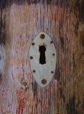 Ojo de la cerradura corro?do viejo en puerta de madera fotos de archivo