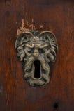 Ojo de la cerradura de cobre amarillo esculpido viejo Imágenes de archivo libres de regalías