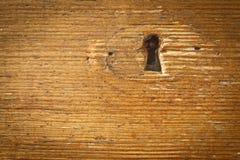 Ojo de la cerradura en pared de madera Fotos de archivo