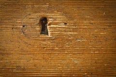 Ojo de la cerradura en pared de madera Imagen de archivo