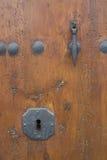 Ojo de la cerradura en una puerta rústica. Imágenes de archivo libres de regalías
