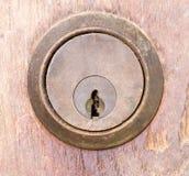 Ojo de la cerradura envejecido en la pared de madera Imagen de archivo libre de regalías