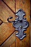 Ojo de la cerradura retro en puerta de madera vieja Foto de archivo libre de regalías