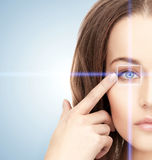 Ojo de la mujer con el marco de la corrección del laser Fotos de archivo