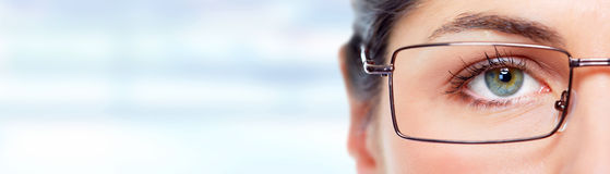 Ojo de la mujer con las lentes Imagen de archivo libre de regalías