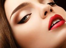 Ojo de la mujer con maquillaje hermoso. Imagen de alta calidad de los labios rojos. imagen de archivo