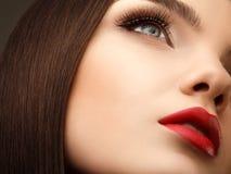 Ojo de la mujer con maquillaje hermoso y pestañas largas. Labios rojos. Hola Fotografía de archivo libre de regalías
