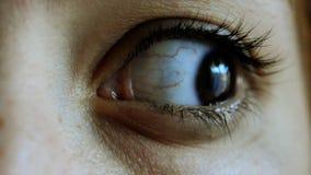 Ojo de la mujer que se mueve rápidamente almacen de metraje de vídeo