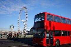 Ojo de Londres con el autobús de dos pisos Londres, Reino Unido Foto de archivo