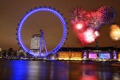 Ojo de Londres con el fuego artificial Foto de archivo libre de regalías