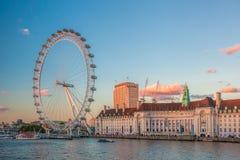 Ojo de Londres durante puesta del sol en Londres, Inglaterra, Reino Unido Imagen de archivo libre de regalías