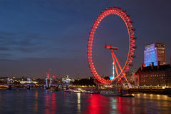 Ojo de Londres, noria, iluminada en rojo en la noche Imagen de archivo