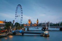 Ojo de Londres y casas del parlamento, Londres. Fotos de archivo libres de regalías