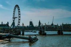 Ojo de Londres y el río Támesis imagen de archivo