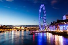 Ojo de Londres y paisaje urbano de Londres en la noche Imagen de archivo libre de regalías