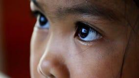 Ojo de los niños del primer que mira el ordenador almacen de metraje de vídeo