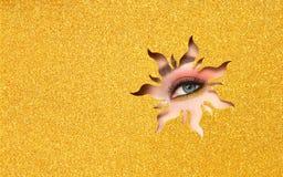 Ojo de una mujer hermosa joven con un maquillaje de la belleza imagen de archivo libre de regalías