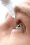 Ojo del goteo con gotas de ojos Imagen de archivo
