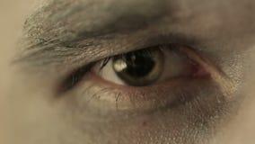 Ojo del hombre pagano Ciérrese encima de la lente macra almacen de video