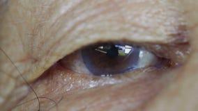 Ojo del ` s de la mujer mayor del primer metrajes
