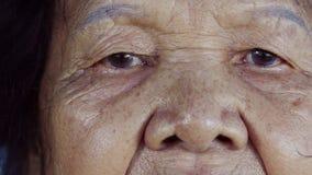 Ojo del ` s de la mujer mayor del primer almacen de metraje de vídeo